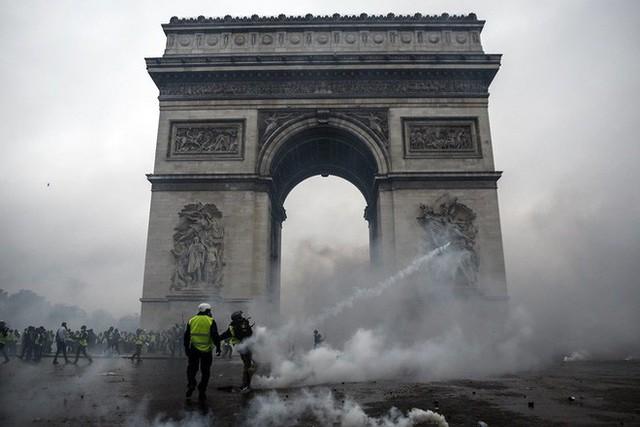 Khải Hoàn Môn huyền thoại chìm trong khói lửa và đổ vỡ sau cuộc biểu tình lớn nhất thập kỷ ở Paris - Ảnh 23.