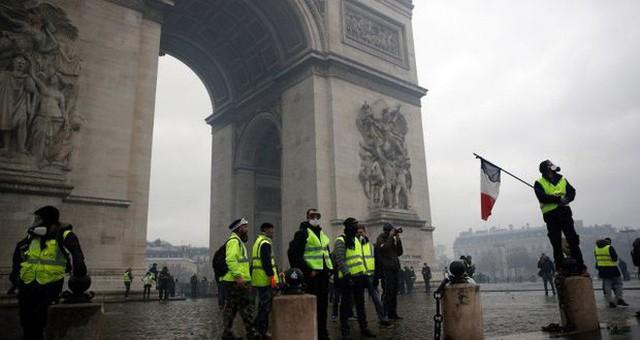 Khải Hoàn Môn huyền thoại chìm trong khói lửa và đổ vỡ sau cuộc biểu tình lớn nhất thập kỷ ở Paris - Ảnh 24.