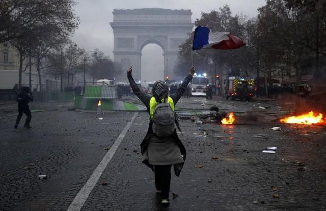 Khải Hoàn Môn huyền thoại chìm trong khói lửa và đổ vỡ sau cuộc biểu tình lớn nhất thập kỷ ở Paris - Ảnh 26.