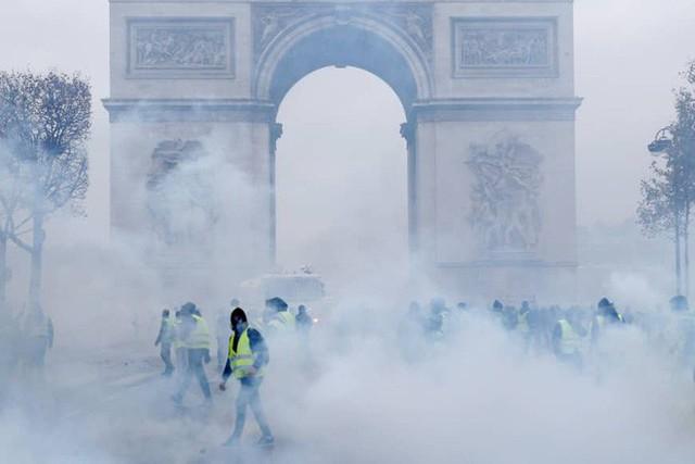 Khải Hoàn Môn huyền thoại chìm trong khói lửa và đổ vỡ sau cuộc biểu tình lớn nhất thập kỷ ở Paris - Ảnh 27.