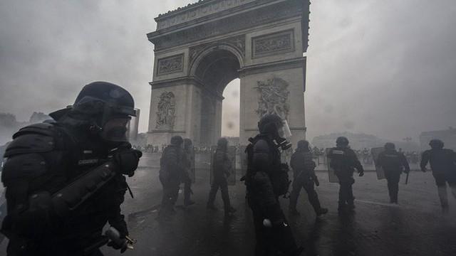 Khải Hoàn Môn huyền thoại chìm trong khói lửa và đổ vỡ sau cuộc biểu tình lớn nhất thập kỷ ở Paris - Ảnh 28.