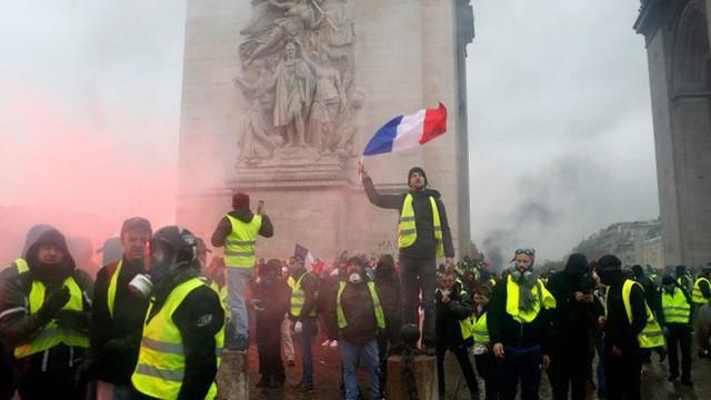 Khải Hoàn Môn huyền thoại chìm trong khói lửa và đổ vỡ sau cuộc biểu tình lớn nhất thập kỷ ở Paris - Ảnh 30.