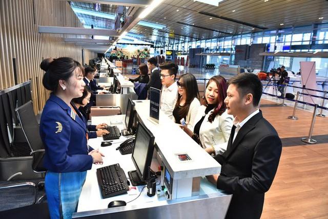 Máy bay chở Thủ tướng đáp xuống sân bay Vân Đồn - Ảnh 13.