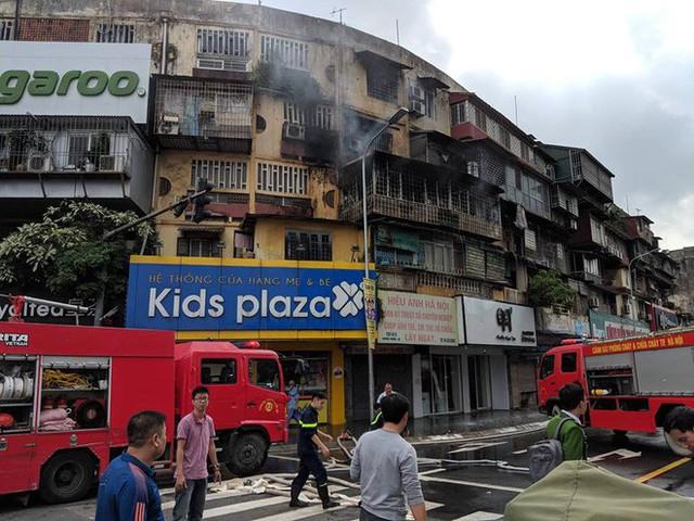 Hà Nội: Cháy chung cư cũ giữa trưa, nhiều người dân hoảng loạn - Ảnh 1.
