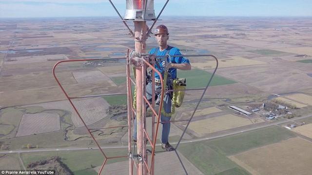 Mỗi 1/2 niên, anh chàng này lại trèo lên tòa tháp cao 457m để thay bóng đèn và kiếm được nửa tỷ - Ảnh 2.