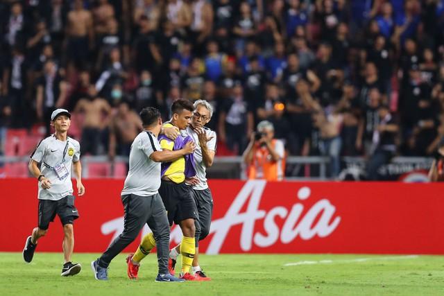 Hành động cực ngầu, tỉnh táo và quân tử của thủ môn Thái Lan trước màn trêu chọc thô thiển của cầu thủ Malaysia ngay trên sân - Ảnh 3.
