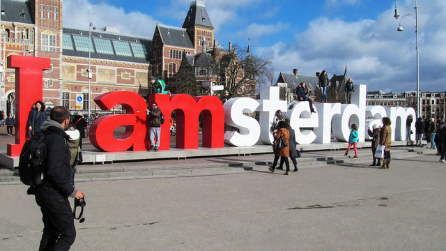 """Biểu tượng nổi tiếng """"I amsterdam"""" của thủ đô Hà Lan bị dỡ bỏ cho du khách đỡ phải chụp ảnh - Ảnh 1."""
