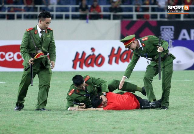 Đội trưởng tuyển Việt Nam hành động đẹp với fan quá khích khiến cả sân vỗ tay tán thưởng - Ảnh 1.