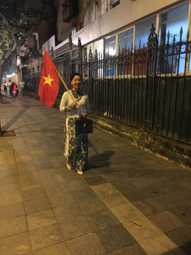 Câu chuyện đầy cảm xúc phía sau hình ảnh NSƯT Chiều Xuân diện áo dài, vác cờ đi bão đang hot nhất MXH - Ảnh 3.