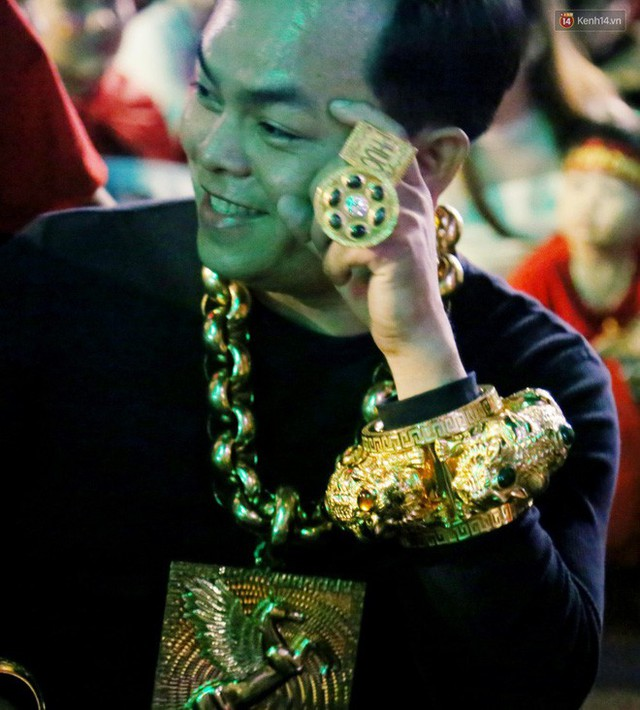 """""""Đại gia"""" ở phố đi bộ Nguyễn Huệ chia sẻ lý do đeo 13kg vàng trong lúc cổ vũ đội tuyển Việt Nam: Nghe theo thầy phong thủy phán - Ảnh 4."""