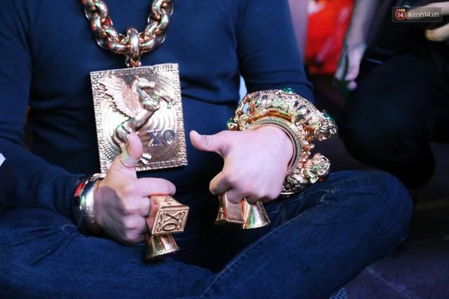 """""""Đại gia"""" ở phố đi bộ Nguyễn Huệ chia sẻ lý do đeo 13kg vàng trong lúc cổ vũ đội tuyển Việt Nam: Nghe theo thầy phong thủy phán - Ảnh 5."""