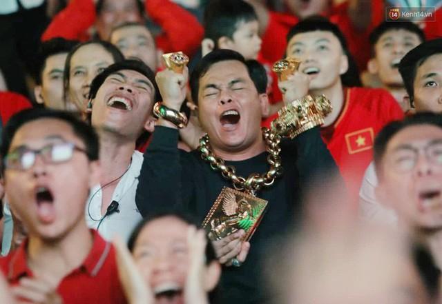 """""""Đại gia"""" ở phố đi bộ Nguyễn Huệ chia sẻ lý do đeo 13kg vàng trong lúc cổ vũ đội tuyển Việt Nam: Nghe theo thầy phong thủy phán - Ảnh 8."""