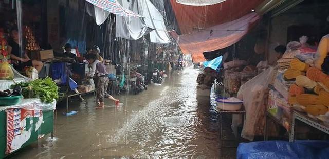 Chợ Vinh thất thủ, tiểu thương đội mưa vớt hàng trôi nổi - Ảnh 1.