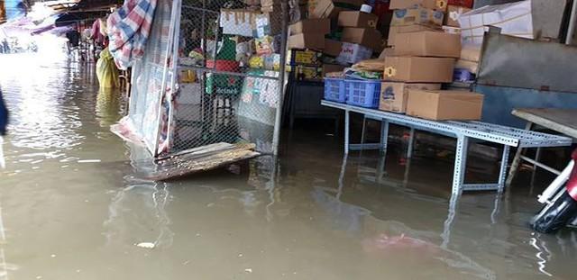 Chợ Vinh thất thủ, tiểu thương đội mưa vớt hàng trôi nổi - Ảnh 2.