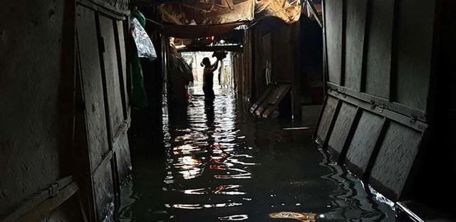Chợ Vinh thất thủ, tiểu thương đội mưa vớt hàng trôi nổi - Ảnh 4.