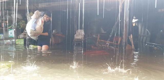 Chợ Vinh thất thủ, tiểu thương đội mưa vớt hàng trôi nổi - Ảnh 5.