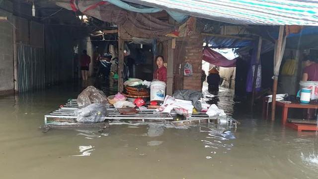 Chợ Vinh thất thủ, tiểu thương đội mưa vớt hàng trôi nổi - Ảnh 6.