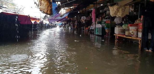 Chợ Vinh thất thủ, tiểu thương đội mưa vớt hàng trôi nổi - Ảnh 7.