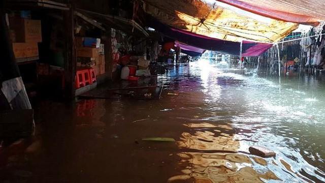 Chợ Vinh thất thủ, tiểu thương đội mưa vớt hàng trôi nổi - Ảnh 8.
