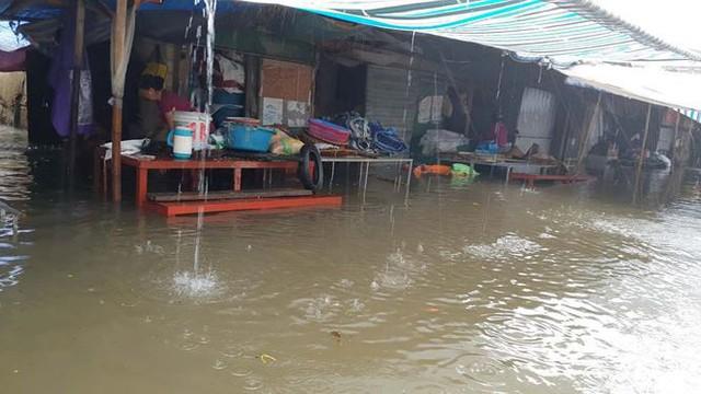 Chợ Vinh thất thủ, tiểu thương đội mưa vớt hàng trôi nổi - Ảnh 9.