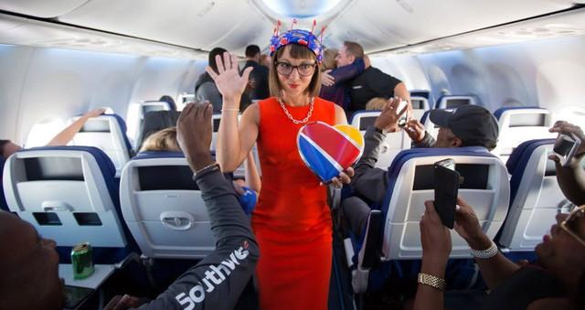 Cho nữ tiếp viên mặc đồ sexy trước Vietjet gần nửa thế kỷ, hãng bay này ghi điểm bằng tình yêu, sự hài hước đầy tinh tế và dịch vụ khách hàng tuyệt vời - Ảnh 9.
