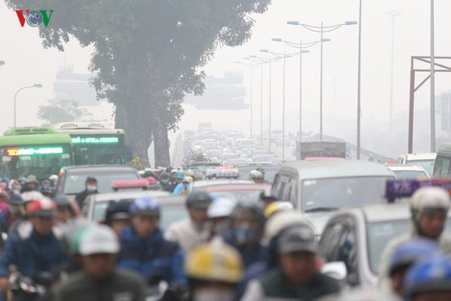 Đường phố Hà Nội ùn tắc kinh hoàng bất kể giờ giấc - Ảnh 12.