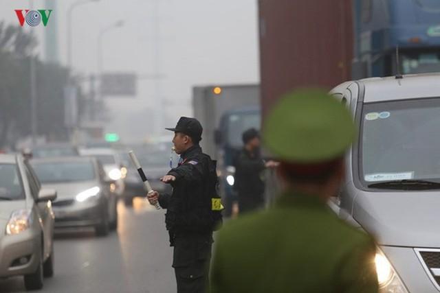 Đường phố Hà Nội ùn tắc kinh hoàng bất kể giờ giấc - Ảnh 13.