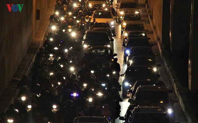 Đường phố Hà Nội ùn tắc kinh hoàng bất kể giờ giấc - Ảnh 15.