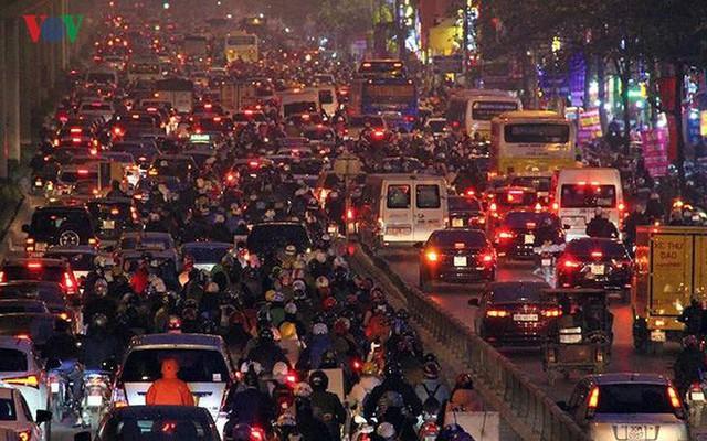 Đường phố Hà Nội ùn tắc kinh hoàng bất kể giờ giấc - Ảnh 16.