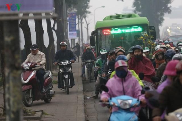 Đường phố Hà Nội ùn tắc kinh hoàng bất kể giờ giấc - Ảnh 9.