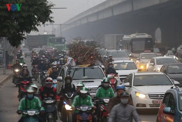 Đường phố Hà Nội ùn tắc kinh hoàng bất kể giờ giấc - Ảnh 10.