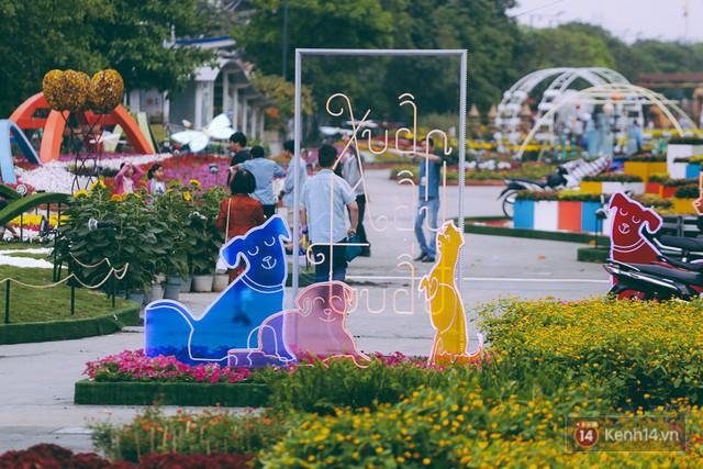 Chùm ảnh: Đường hoa Nguyễn Huệ đang được gấp rút hoàn thành trước ngày khai mạc - Ảnh 14.