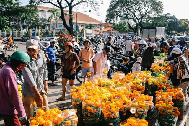 """Người bán hoa Tết nghẹn lòng kể chuyện bị ép giá ngày 30: """"Mong mọi người hãy bỏ tâm lý mua hoa giờ chót - Ảnh 4."""