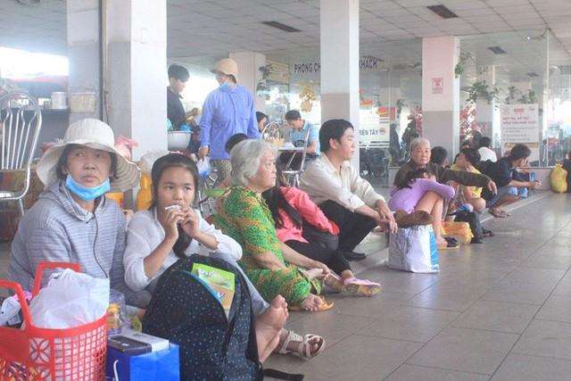Bến xe Miền Tây: Người chen chân mua vé, kẻ ngồi thất thểu chờ xe về quê - Ảnh 4.