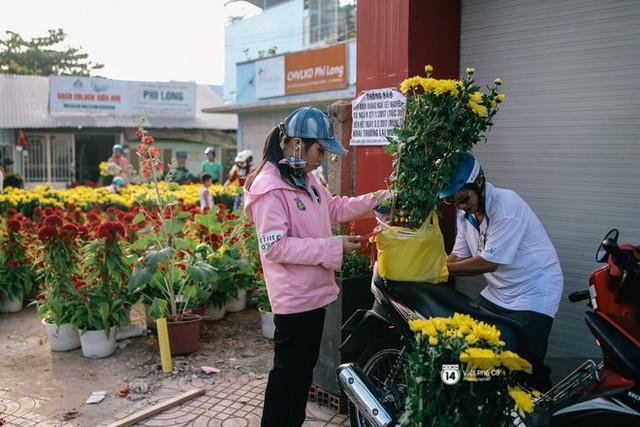"""Người bán hoa Tết nghẹn lòng kể chuyện bị ép giá ngày 30: """"Mong mọi người hãy bỏ tâm lý mua hoa giờ chót - Ảnh 6."""