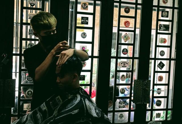 Không có cả thời gian ăn trưa, thợ cắt tóc mỏi tay kiếm bộn tiền ngày cận Tết - Ảnh 1.