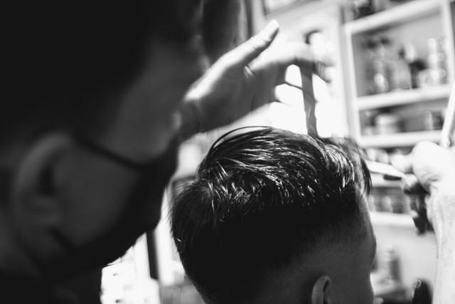 Không có cả thời gian ăn trưa, thợ cắt tóc mỏi tay kiếm bộn tiền ngày cận Tết - Ảnh 4.