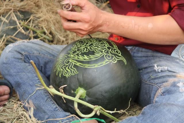 Thợ khắc dưa hấu kiếm 6-7 triệu đồng trong vài ngày cận Tết - Ảnh 1.