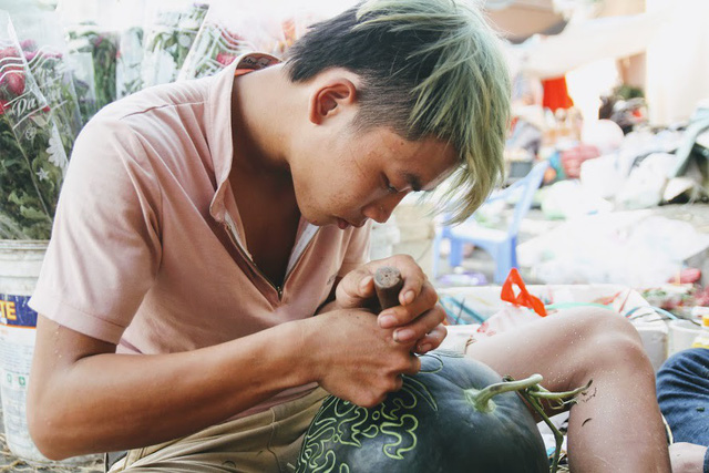 Thợ khắc dưa hấu kiếm 6-7 triệu đồng trong vài ngày cận Tết - Ảnh 5.