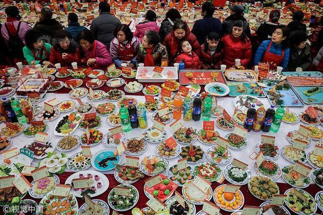 """Choáng: Bữa tiệc tất niên """"khổng lồ"""" với 13.200 món ăn đầy màu sắc chỉ nhìn thôi cũng đã đủ no - Ảnh 1."""