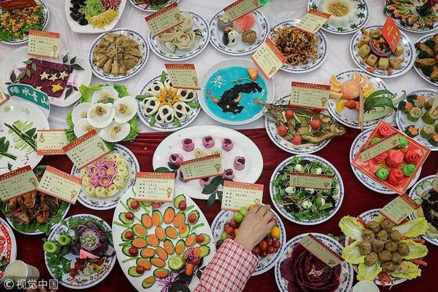"""Choáng: Bữa tiệc tất niên """"khổng lồ"""" với 13.200 món ăn đầy màu sắc chỉ nhìn thôi cũng đã đủ no - Ảnh 3."""