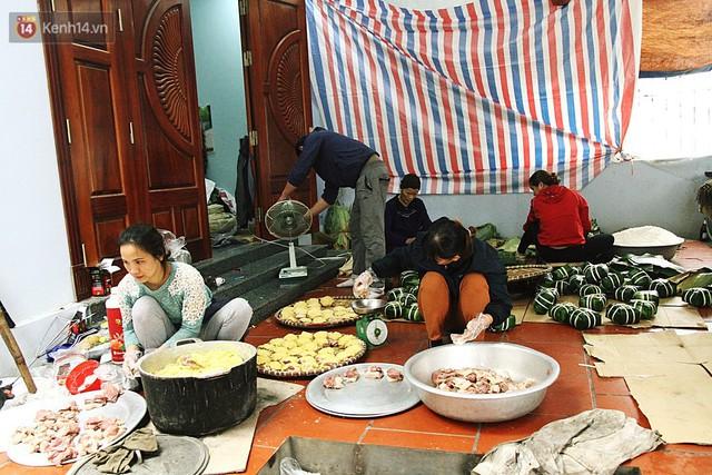 Chùm ảnh: Làng bánh chưng Tranh Khúc tất bật những ngày giáp Tết truyền thống - Ảnh 2.