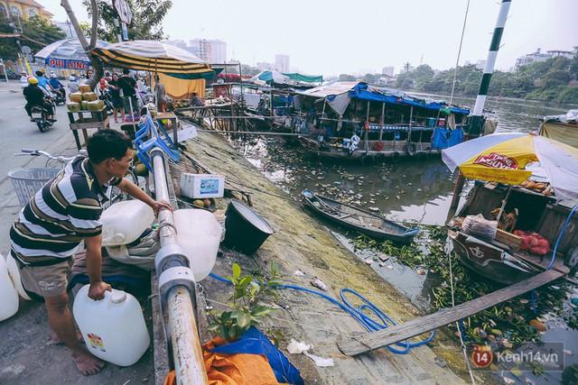 Tết bình dị của người dân xóm chài lênh đênh giữa Sài Gòn: Mâm cỗ đơn giản chỉ với mấy con cá khô - Ảnh 2.