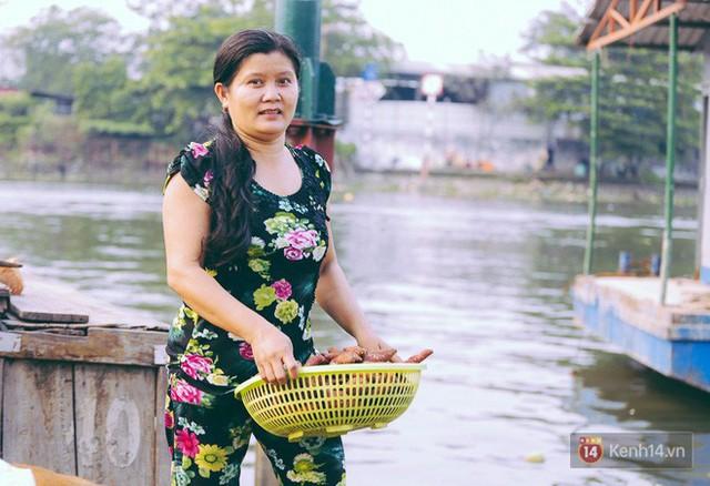 Tết bình dị của người dân xóm chài lênh đênh giữa Sài Gòn: Mâm cỗ đơn giản chỉ với mấy con cá khô - Ảnh 12.