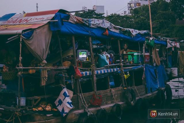 Tết bình dị của người dân xóm chài lênh đênh giữa Sài Gòn: Mâm cỗ đơn giản chỉ với mấy con cá khô - Ảnh 14.