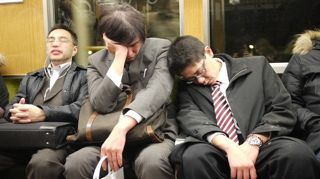 Trào lưu mặc vest, đi giày sneaker tới chỗ làm của giới công sở Nhật Bản và sự thật ý nghĩa đằng sau - Ảnh 2.