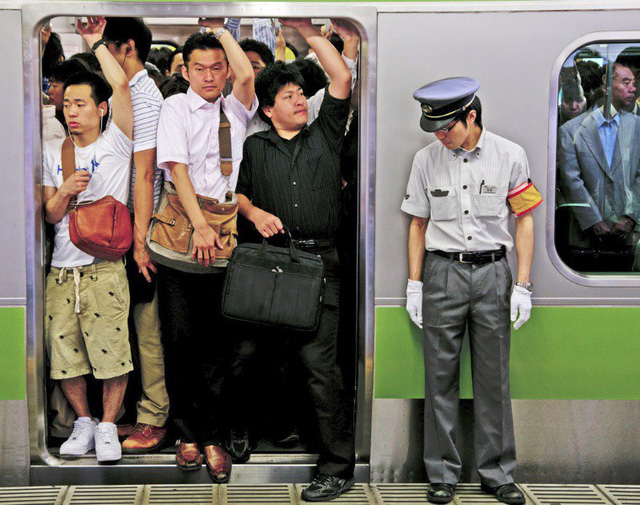 Nghề nhồi khách lên tàu điện ngầm cho kịp giờ khiến người ta chỉ biết thốt lên: Đúng là chỉ có ở Nhật Bản! - Ảnh 2.