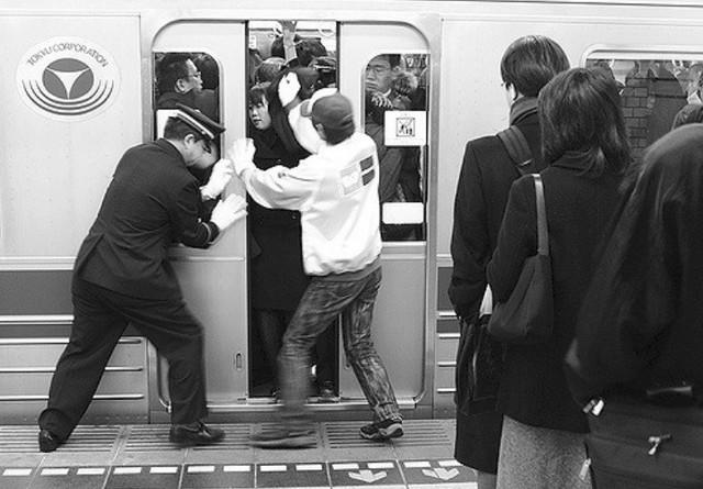 Nghề nhồi khách lên tàu điện ngầm cho kịp giờ khiến người ta chỉ biết thốt lên: Đúng là chỉ có ở Nhật Bản! - Ảnh 3.