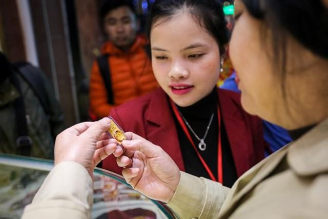 Dân Hà Nội đội mưa xếp hàng sớm mua vàng ngày Thần tài  - Ảnh 11.