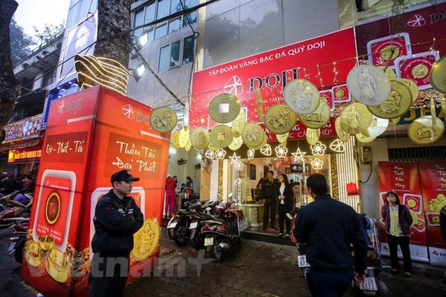 Dân Hà Nội đội mưa xếp hàng sớm mua vàng ngày Thần tài  - Ảnh 16.